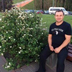 Парень пригласит девушку для приватного общения в Ижевске